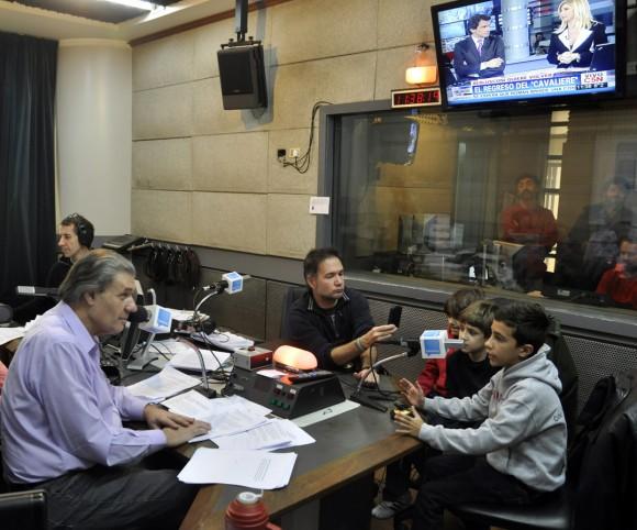 Representantes de La Colmenitas cuabnas y argentinas entrevistados por el periodista Víctor Hugo Morales. Foto Kaloian.