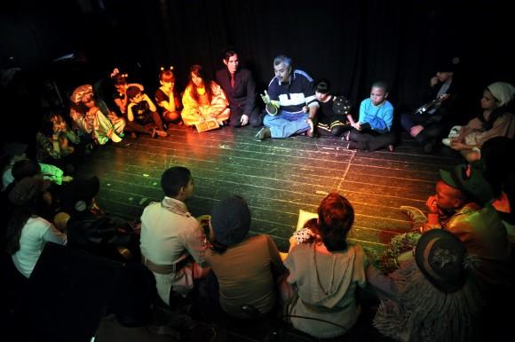 El tradicional círculo de La Colmenita antes y depués de cada función ahora en Buenos Aires. Foto Kaloian.