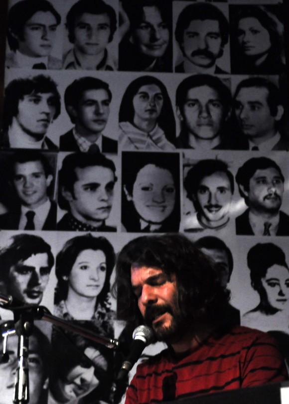 Concierto de Santiago Feliú en Buenos Aires. Teatro El revolucionario de la Asociación de Madres de Plaza de Mayo. Foto: Kaloian.