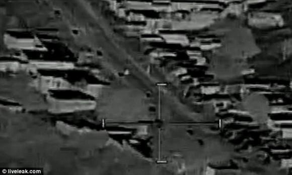 Objetivos: Los dos sujetos de raza blanca en el medio de la carretera son los afganos asesinados por el helicóptero de ataque. El cartel de video afirma que eran agricultores, pero no hay nada que lo confirman.