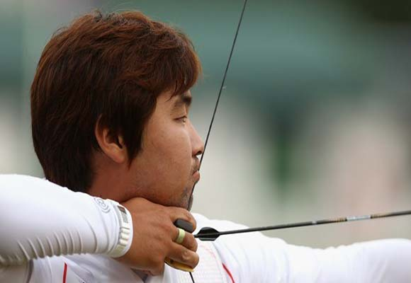 El arquero coreano Im Dong Hyun presenta una hipermetropía que le impide distinguir las líneas y números de la diana, aunque sí los colores de la misma. Foto: Daylife