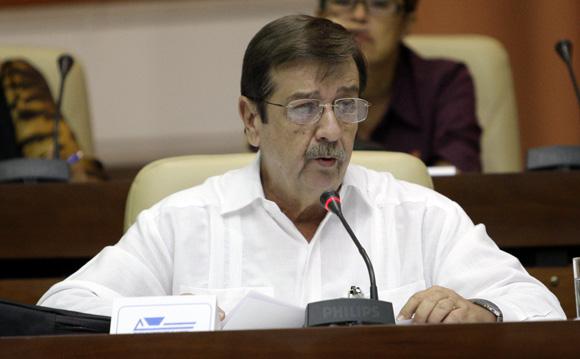 Ernesto Medina, presidente del Banco Nacional de Cuba informa a los diputados de la asamblea nacional. Foto: Ismael Francisco/Cubadebate