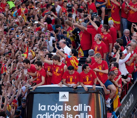 El autobus de La Roja se abre paso por La Gran Vía. Foto: El País