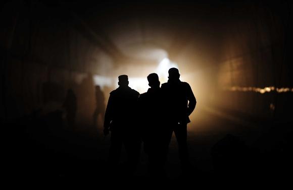 Soldados paquistaníes examinan los restos de un doble atentado con camión bomba en el interior de un túnel en Kohat el 29 de enero de 2011. Los ataques tuvieron lugar la noche del 28 de enero, dentro y fuera del túnel que conecta la principal ciudad de Peshawar, en la provincia de Khyber Pakhtunkhwa a la ciudad de Kohat. (A. Majeed / AFP / Getty Images)