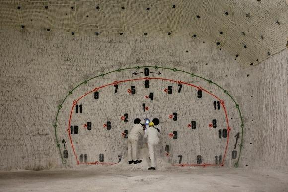 Empleados en una caverna realizan ejercicios de prueba en una mina piloto que está siendo probado para su uso potencial como un centro permanente de almacenamiento de desechos nucleares, en el domo de sal cerca de la aldea del norte de Alemania de Gorleben, el 2 de julio de 2010. La mina está a unos 840 metros de profundidad y 6,5 kilómetros de largo. (Reuters / Christian Charisius)
