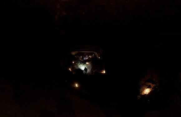 Los espeleólogos de la Asociación Libanesa de Estudios Espeleológicos (ALES), encienden velas al celebrar la Navidad con sus hijos y compañeros en el interior de una cueva en el pueblo de Rweiss el 26 de diciembre de 2010. (Joseph Eid / AFP / Getty Images)
