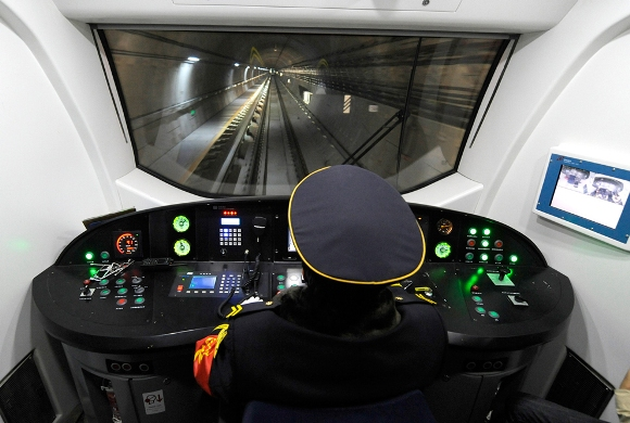 Un conductor opera con un vagón del metro que atraviesa la línea de metro recién inaugurado en Beijing el 30 de diciembre de 2010. Beijing abre cinco nuevas líneas de metro para llegar a la longitud total de 336 kilómetros en el ferrocarril subterráneo de la ciudad a, que tiene como objetivo impulsar el crecimiento empresarial y el desarrollo social en la capital china. (Liu Jin / AFP / Getty Images)