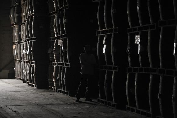 Tambores de ron fabricado y madurado de acuerdo a una vieja receta se almacena bajo tierra en el establecimiento Santa Teresa, en el pueblo de El Consejo del Estado de Aragua, a 60 km al oeste de Caracas, el 8 de abril de 2011. Venezuela produce más de 32 millones de litros de ron al año, de los cuales el 40 por ciento se consume en el país y el resto se exporta, principalmente a España e Italia. (Juan Barreto/AFP/Getty Images)