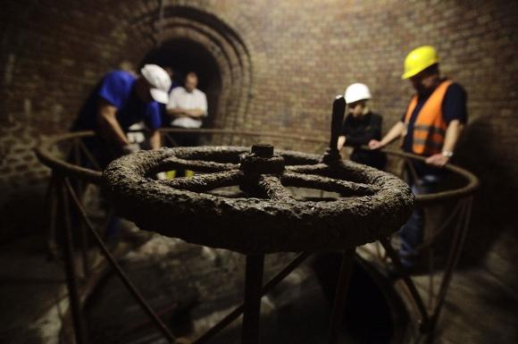 Una degradada rueda de acero que opera una de las esclusas originales en el sistema de canales menores de Frankfurt, Alemania, se representa durante un recorrido subterráneo el 13 de agosto de 2010. El sistema de canales tiene que ser revisado periódicamente con el fin de estar preparados para posibles inundaciones. (Reuters / Kai Pfaffenbach)