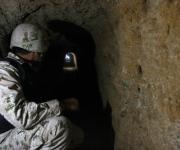 Un soldado mexicano se ve dentro de un túnel descubierto en Tijuana, el 25 de noviembre de 2010. Según medios locales, las autoridades encontraron un túnel de traficante de drogas que une la ciudad de la frontera norte de Tijuana con los Estados Unidos. El túnel estaba en pleno funcionamiento con un sistema de ventilación y electricidad, y los carriles para el transporte de narcóticos. (Reuters / Jorge Duenes)