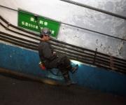 Un socorrista monta un ascensor por un túnel para reforzar las operaciones de rescate en la mina de carbón Pingyu No.4 en Yuzhou, provincia de Henan, 16 de octubre 2010. Una explosión en la mina de carbón china había matado a por lo menos 20 mineros en la provincia central de Henan, informó la prensa estatal. (Reuters / Stringer)