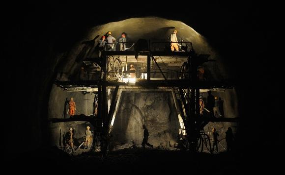 Obreros trabajando en un túnel de carretera, en Taiyuan, provincia de Shanxi, China, el 15 de julio de 2010. El túnel forma parte de los inacabados 23 km (14,3 millas) de carretera que conecta a Taiyuan y Gujiao, informaron medios locales. (Reuters / Stringer)