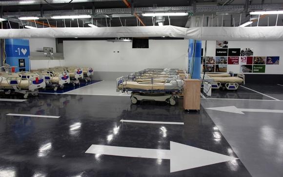 Las camas de hospital se colocan en una plaza de estacionamiento establecido para los medios de comunicación como un hospital de emergencia bajo tierra, en el Hospital Rambam en la ciudad norteña israelí de Haifa, 31 de mayo 2011. El lote, equipado con filtros únicos y sistemas de aire acondicionado para la protección contra la guerra biológica y química, tiene capacidad para 2.000 camas y se inauguró en agosto de 2012. (Reuters / Nir Elias)