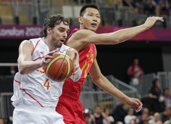 Pau Gasol (España) y Jianlian Yi (China) brillaron para sus escuadras en la primera fecha del baloncesto masculino en Londres. Foto: Daylife