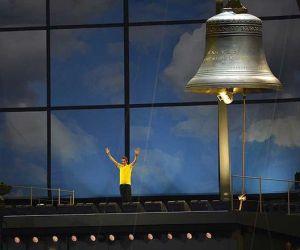 Bradley Wiggins, ganador del Tour de Francia, tocó la campana que pone en marcha el inicio de los Juegos Olímpicos. Foto: AFP
