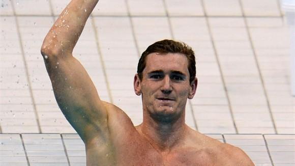 Cameron Van der Burgh de Sudáfrica celebra tras su triunfo en la final de los 100 metros pecho de la natación