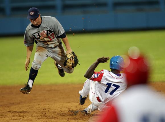 El norteamericano Kyle Farmer, no puede poner out en segunda a Guillermo Heredia. Foto: Ismael Francisco/Cubadebate