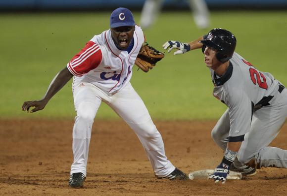 Juan Carlos Torriente, pone out en segunda a Kris Bryant. Foto: Ismael Francisco/Cubadebate