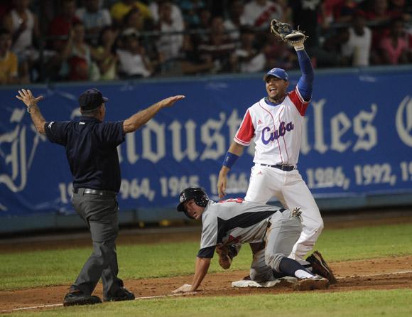 Yulieski Gourriel no puede poner out en tercera base al norteamericano D.J. Peterson. Foto: Ismael Francisco/Cubadebate