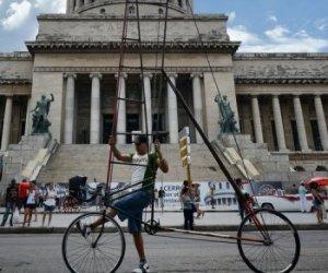 Felix Guirola se sube a su bicicleta en La Habana. Guirola afirma que tuvo el récord mundial de la bicicleta más alta desde 1987 hasta 2004, pero nadie se enteró, pues solo conocían de sus pedaleadas en altura sus vecinos de Ciego de Avila. Foto AFP