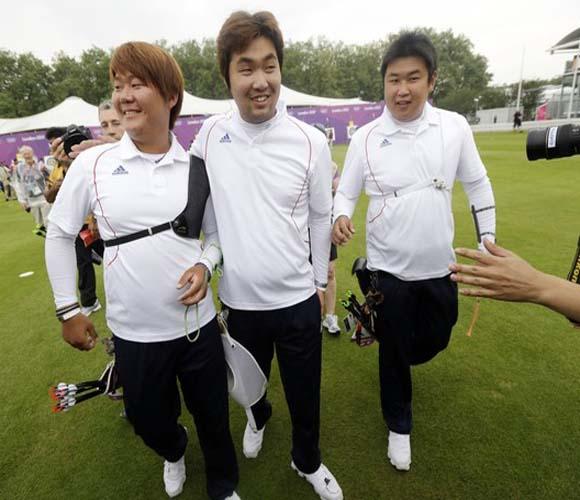 El trío de Corea del Sur (Kim Bubmin, Im Dong-Hyun y Oh Jin-Hyek) ocupó los tres primeros puestos en la ronda de ranqueo y de conjunto establecieron plusmarca universal con 2087 unidades, superando en 18 rayas la anterior cota. Foto: Daylife