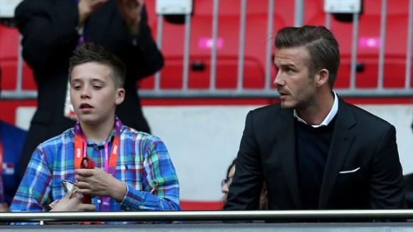 David Beckham y su hijo Brooklyn miran el juego de fútbol entre el Reino Unido y Emiratos Arabes Unidos