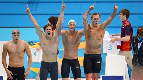 El relevo francés de 4x100 metros estilo libre celebra su victoria olímpica