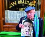 Eduardo aleano con el número de la Garganta Poderosa donde Messi fue portada.