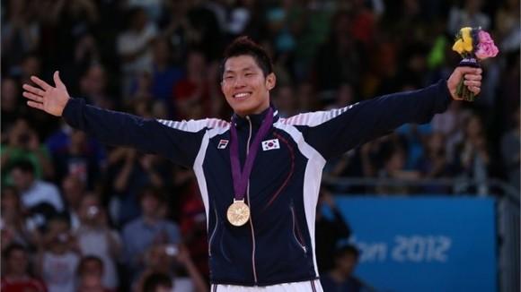Kim Jae Bum, República de Corea, celebra su victoria olímpica en los 81 kg del judo masculino