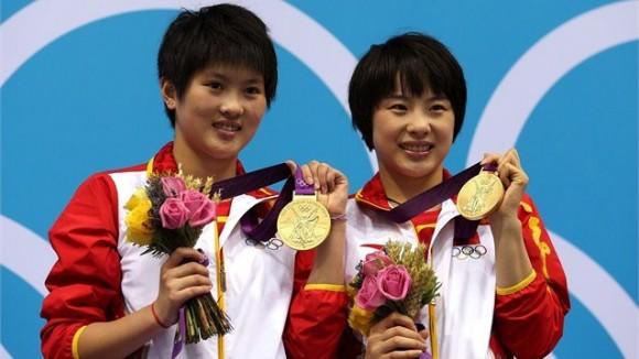 Las chinas Chen Roulin y Wang Hao posan en el podio tras ganar la plataforma sincronizada femenina de 10 metros en los  Juegos Olímpicos
