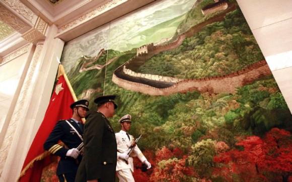 Guardia de Honor en saludo a Raúl en el Palacio del Pueblo, en Beijing. Foto: Xinhua