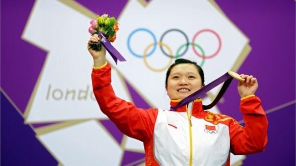 Guo Wenjun de China celebra su segundo título olímpico en la pistola de aire a 10 metros