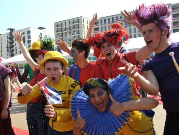 La delegación cubana que intervendrá en los XXX Juegos Olímpicos, izo esta mañana, día de la Rebeldía Nacional, su bandera en la Villa Olímpica de la ciudad londinense, en Inglaterra, el 26 de julio de 2012- AIN FOTO/Marcelino VAZQUEZ HERNANDEZ/
