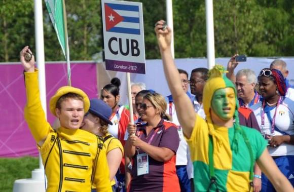 La delegación cubana que intervendrá en los XXX Juegos Olímpicos, izo esta mañana, día de la Rebeldía Nacional, su bandera en la Villa Olímpica de la ciudad londinense, en Inglaterra, el 26 de julio de 2012- AIN FOTO/Marcelino VAZQUEZ HERNANDEZ