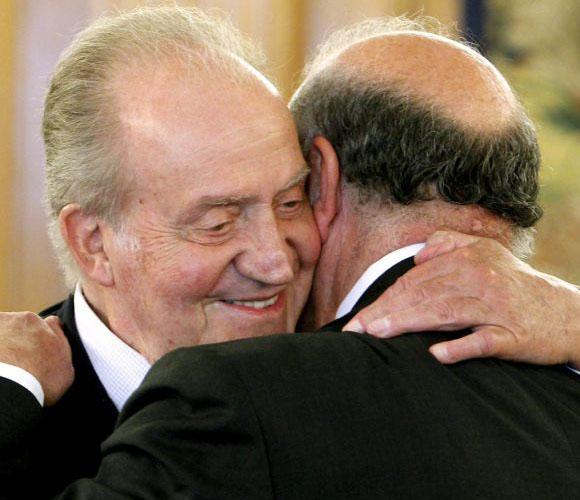 El Rey de España y Vicente del Bosque, fundidos en un abrazo. Foto: El País