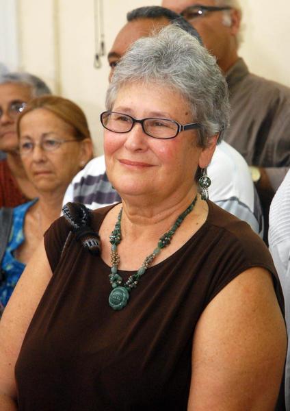 """Karen Lee Wald, destacada luchadora, educadora, activista y colaboradora periodística, recibió la Distinción """"Félix Elmuza"""" que otorga la Unión de Periodistas de Cuba (UPEC), en la sede de la organización, en La Habana, el 4 de julio de 2012.  AIN FOTO/Oriol de la Cruz ATENCIO/ogm"""