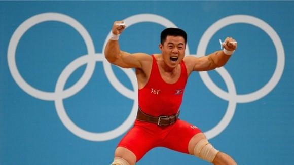 Kim Un Guk de Corea del Norte celebra eufórico su triunfo en los 62 kg de las pesas masculinas, con récord mundial incluido