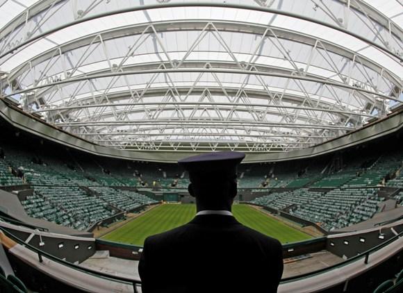 La pista central del All England Club, llamada Centre Court, cuenta desde el 2009 con techo retráctil para evitar la suspensión de partidos por lluvia.