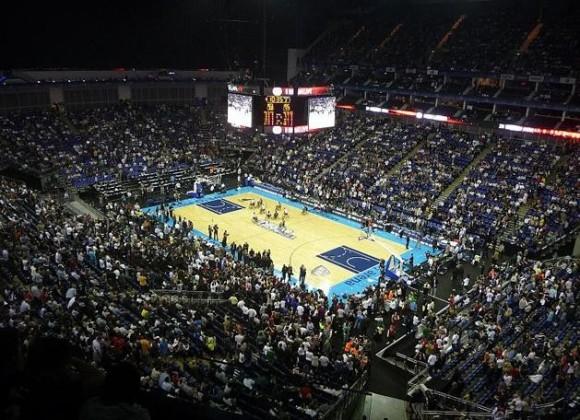 El nuevo estadio de baloncesto de 12.000 asientos es una de las estructuras temporales más grandes construidas para los Juegos Olímpicos. Su interior, negro y anaranjado, está inspirado en los colores del baloncesto.
