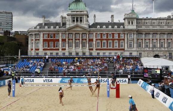 """Acondicionar este centro para la competencia requirió cinco mil toneladas de arena traídas desde una cantera local, para crear una """"playa"""" en el centro de Londres. Foto: AP Photo/Sang Tan."""