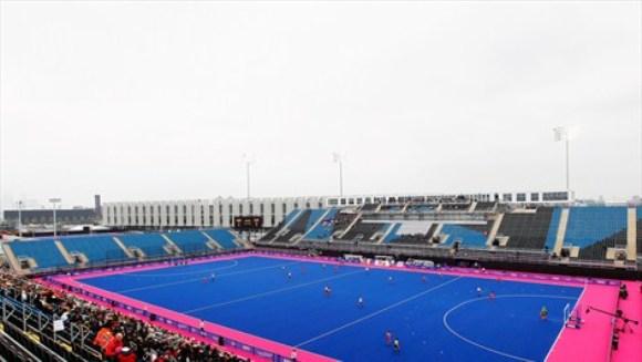 La Arena de Riverbank es un sitio innovador sede del hockey sobre césped, que tendrá la particularidad de jugarse en una cancha sin su habitual color verde, detalle que según los expertos facilita la detección de la pelota amarilla.