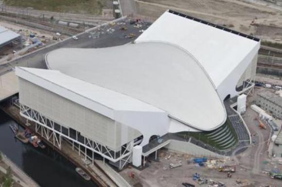 El Centro Acuático se pensó para dar la sensación de agua en movimiento y su techo tiene la forma de una ola.