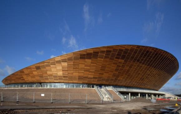 Con capacidad para seis mil personas, el velódromo se completa con un techo ondeado diseñado para reproducir las curvas de la pista de ciclismo.