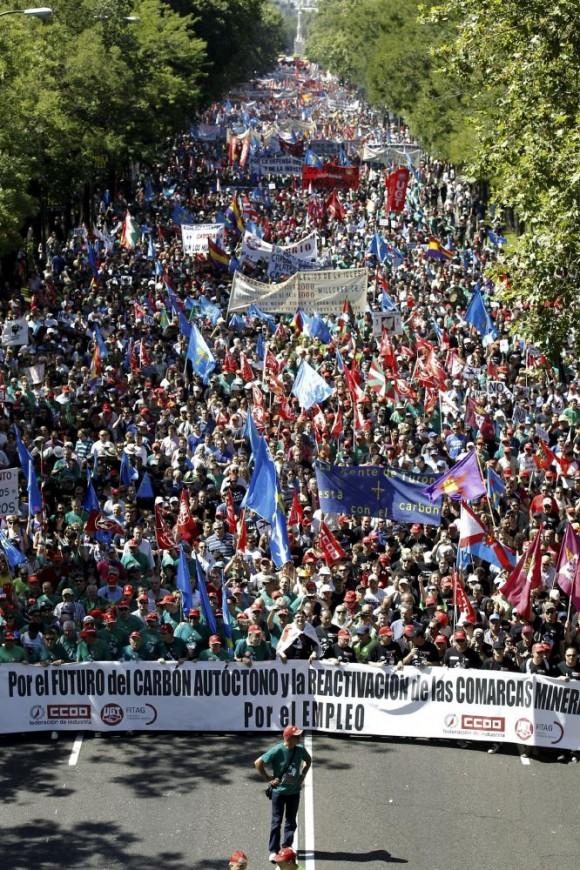 La afluencia de manifestantes ha ocupado ampliamente el paseo de la Castellana. Al fondo, la plaza de Colón.