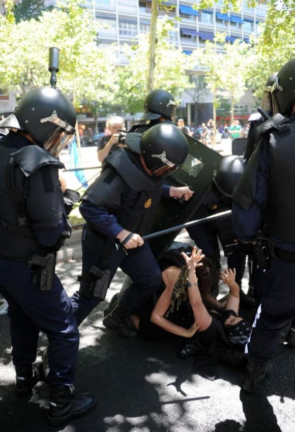 Policías antidisturbios cargan contra los manifestantes en la marcha minera.