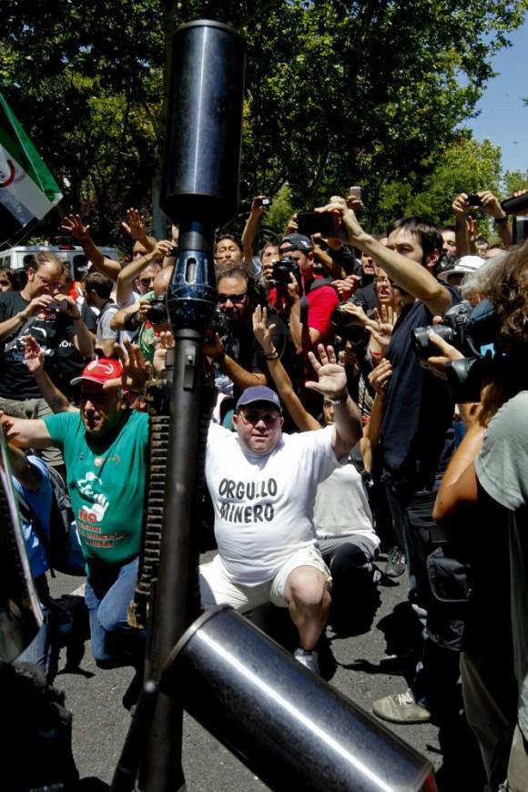 Uno de los momentos de tensión entre manifestantes y policía durante la marcha que concluyó ante la sede del Ministerio de Industria.