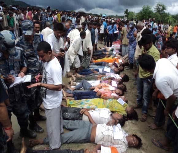 35 muertos tras caída de autobús al agua