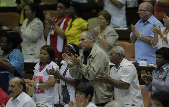 Los diputados al parlamento cubano le dedican un abrazo de despedida a Jaime Crombet. Foto: Ismael Francisco/Cubadebate.