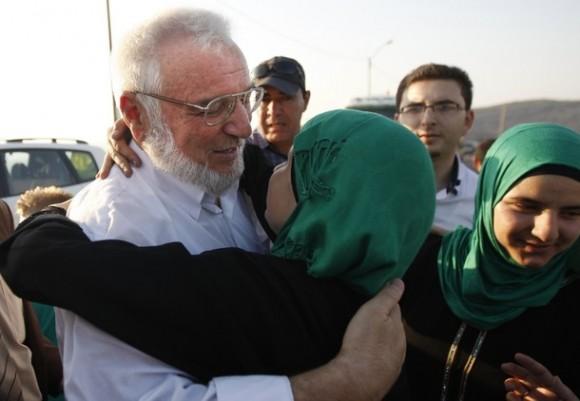 Presidente del parlamento palestino Abdel Aziz Dweik es abrazado por una seguidora después de su liberación cerca del West Bank en la ciudad de Ramallah. Dweik. de 64 años, fue liberado el viernes después de un encarcelamiento de seis meses en cárceles israelíes sin cargo alguno. Foto: AP Photo/Majdi Mohammed.