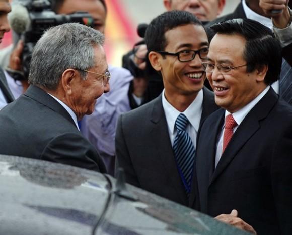 A su llegada el presidente cubano fue recibido por Hoang Binh Quan miembro del Comité Central del Partido Comunista de Vietnam y presidente de la comisión de relaciones exteriores. Foto: Getty Images